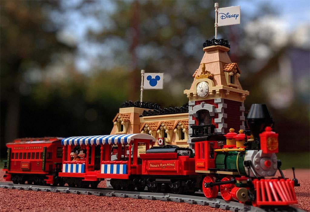 lego-disney-train-and-station-zug-und-bahnhof-71044-lok-front-gesamt-2019-zusammengebaut-andres-lehmann zusammengebaut.com