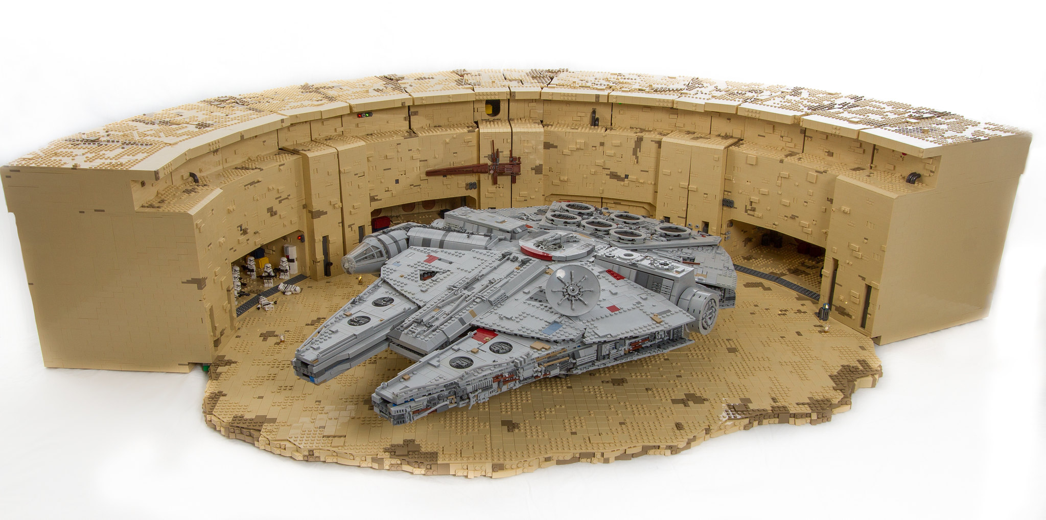 lego-layout-tatooine-docking-bay-b94-ucs-millennium-falcon-daniel-ross-flickr zusammengebaut.com