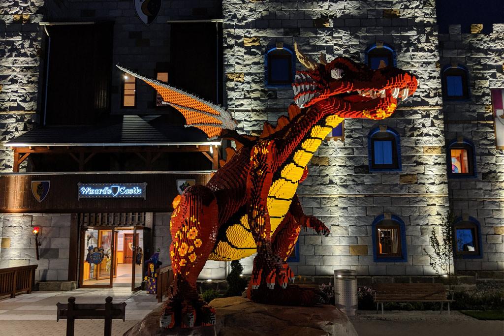 legoland-castle-hotel-billund-lego-knights-castle-room-tour-hinweis-drache-eingang-2019-zusammengebaut-andres-lehmann zusammengebaut.com
