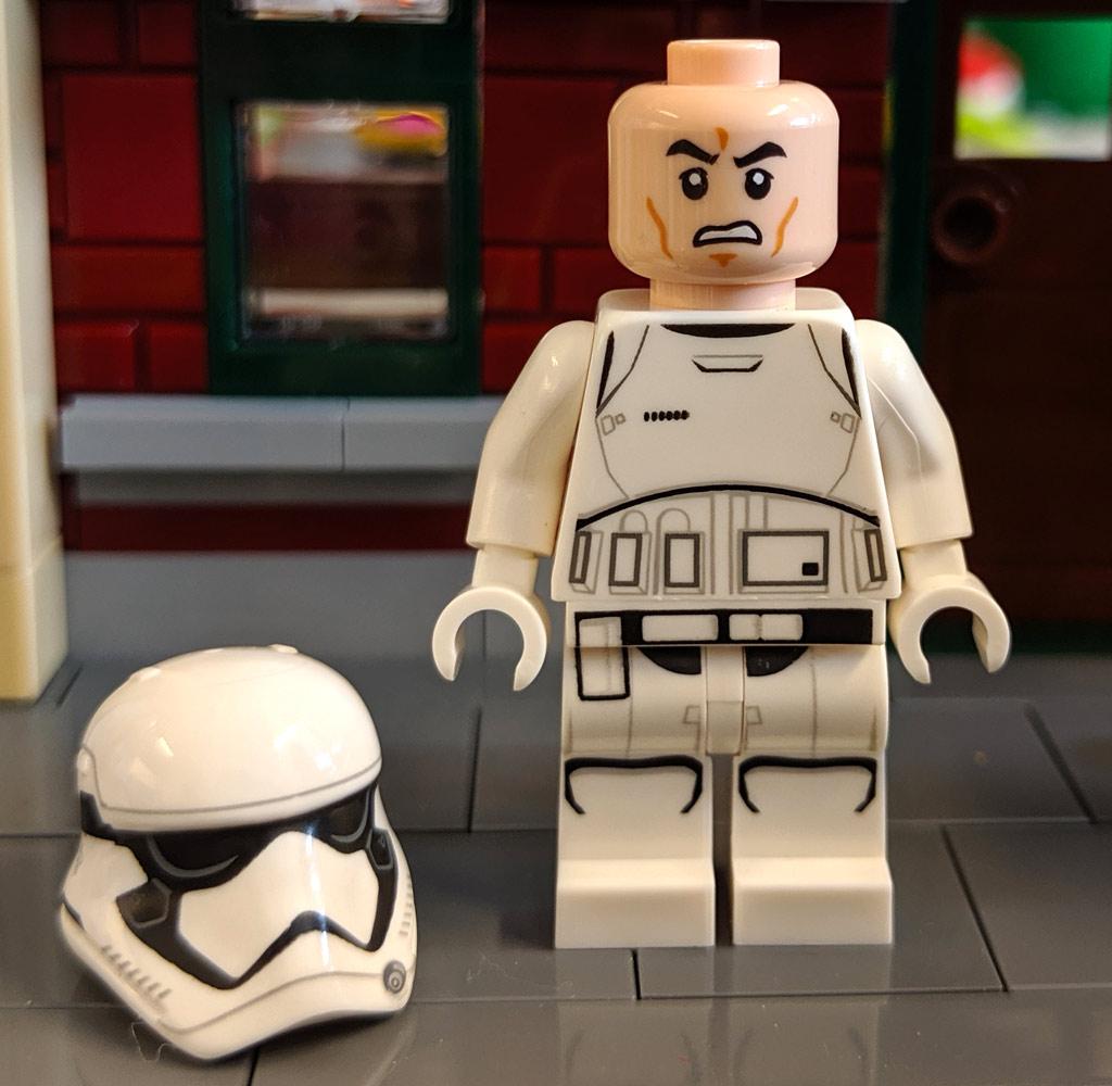 lego-star-wars-magazin-first-order-stormtrooper-bahnhof-front-helm-2019-zusammengebaut-andres-lehmann zusammengebaut.com
