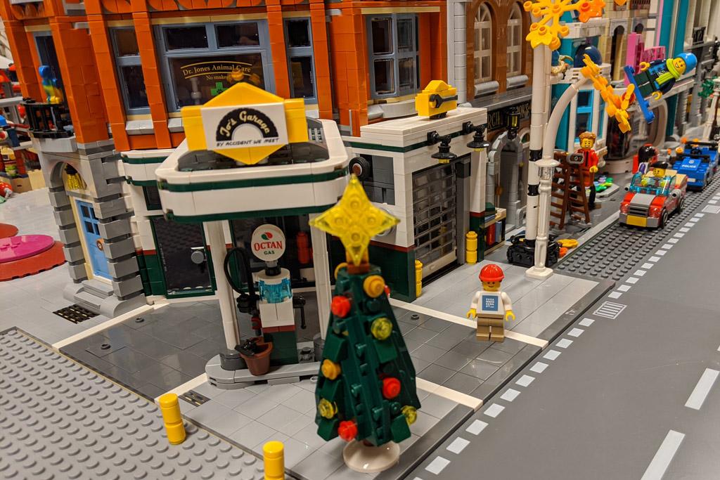 lego-10270-buchhandlung-new-ukonio-city-weihnachtsbaum-2019-zusammengebaut-andres-lehmann zusammengebaut.com