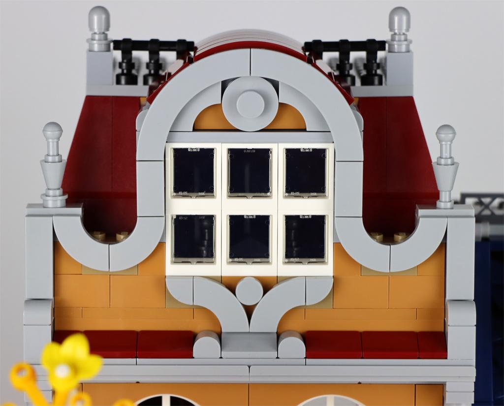 lego-creator-expert-10270-buchladen-bookshop-modular-building-dach-front-2020-zusammengebaut-andres-lehmann zusammengebaut.com