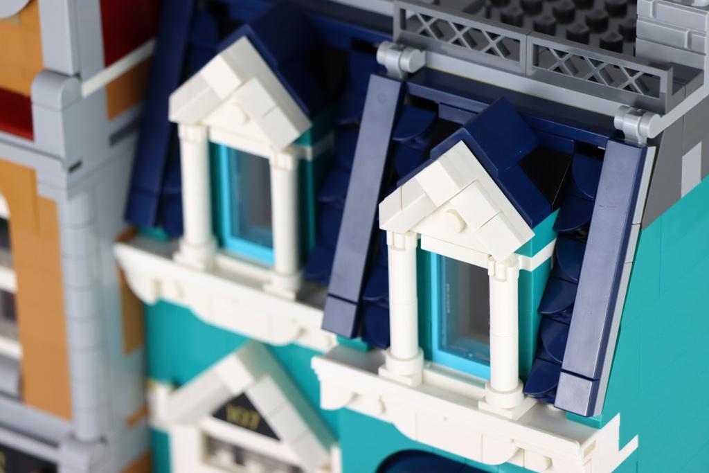 lego-creator-expert-10270-buchladen-bookshop-modular-building-dach-seite-2020-zusammengebaut-andres-lehmann zusammengebaut.com