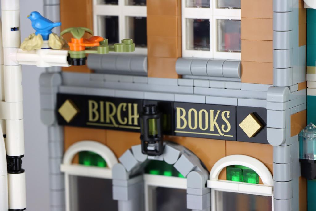 lego-creator-expert-10270-buchladen-bookshop-modular-building-front-fliesen-2020-zusammengebaut-andres-lehmann zusammengebaut.com