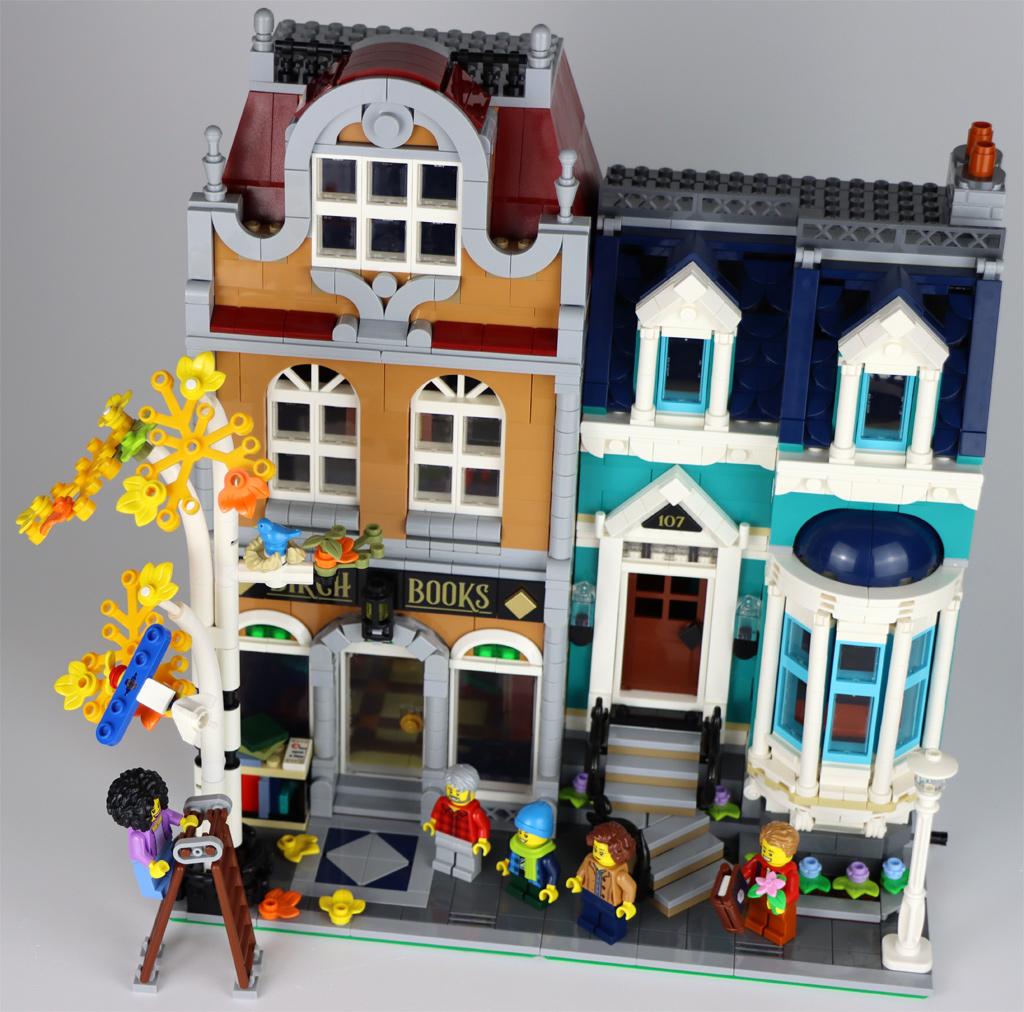 lego-creator-expert-10270-buchladen-bookshop-modular-building-front-treppe-2020-zusammengebaut-andres-lehmann zusammengebaut.com