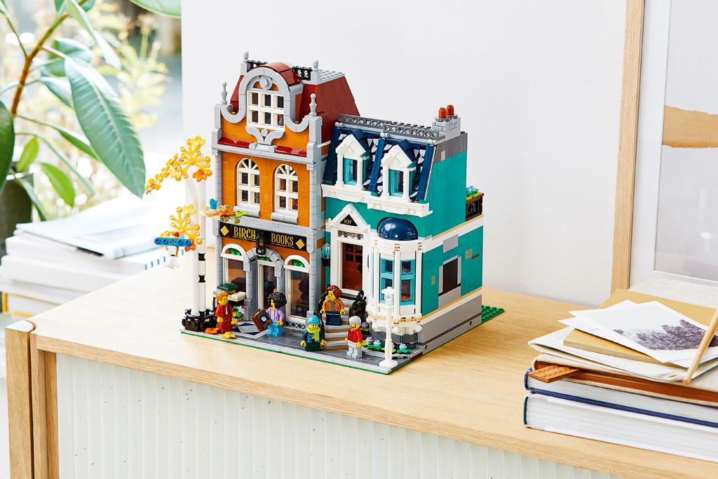 lego-creator-expert-10270-buchladen-bookshop-modular-building-regal-2020-zusammengebaut zusammengebaut.com