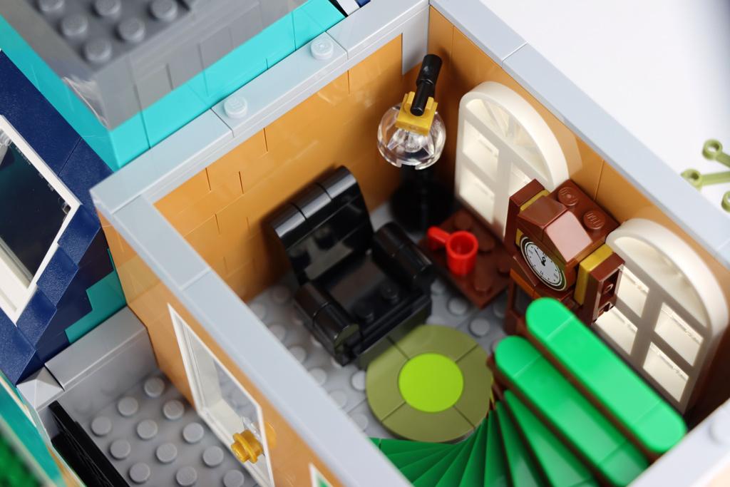 lego-creator-expert-10270-buchladen-bookshop-modular-building-sessel-2020-zusammengebaut-andres-lehmann zusammengebaut.com
