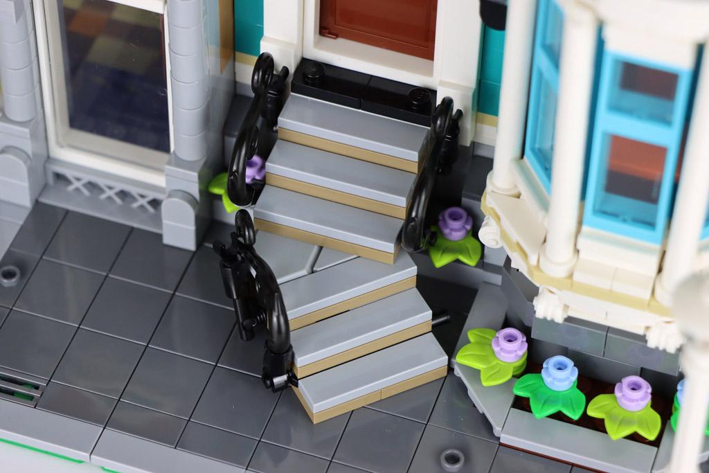 lego-creator-expert-10270-buchladen-bookshop-modular-building-treppe-eingang-2020-zusammengebaut-andres-lehmann zusammengebaut.com