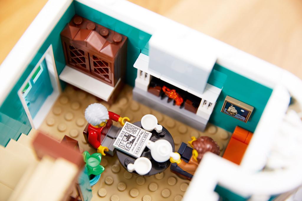 lego-creator-expert-10270-buchladen-bookshop-modular-building-wohnzimmer-2020-zusammengebaut zusammengebaut.com