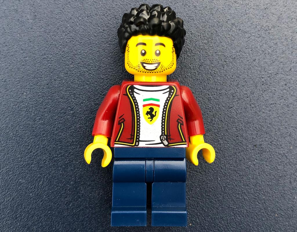 lego-speed-champions-76895-ferrari-f8-tributo-minifigur-vorne-2020-zusammengebaut-michael-kopp zusammengebaut.com