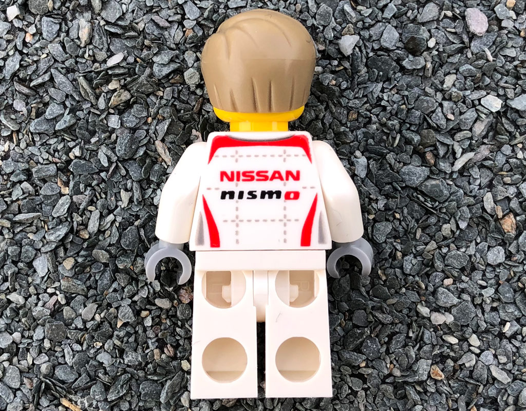 lego-speed-champions-76896-nissan-gt-r-nismo-minifigur-rueckseite-2020-zusammengebaut-michael-kopp zusammengebaut.com