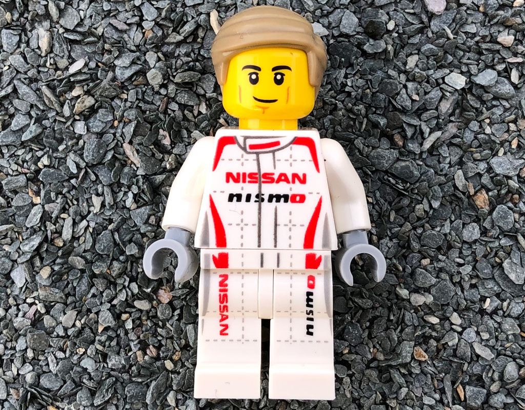 lego-speed-champions-76896-nissan-gt-r-nismo-minifigur-vorderseite-2020-zusammengebaut-michael-kopp zusammengebaut.com