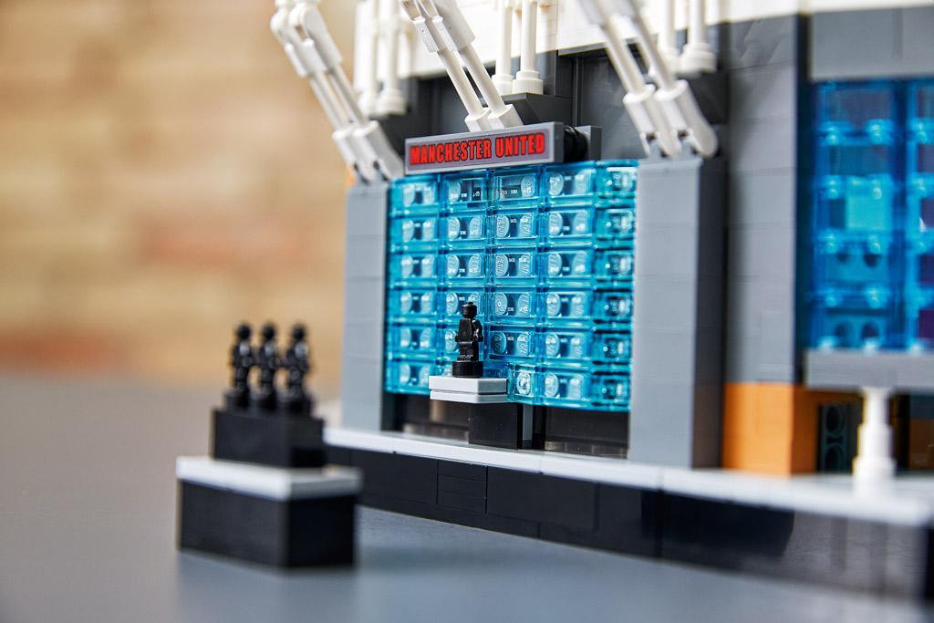 lego-creator-expert-10272-old-trafford-manchester-united-2020-figuren zusammengebaut.com
