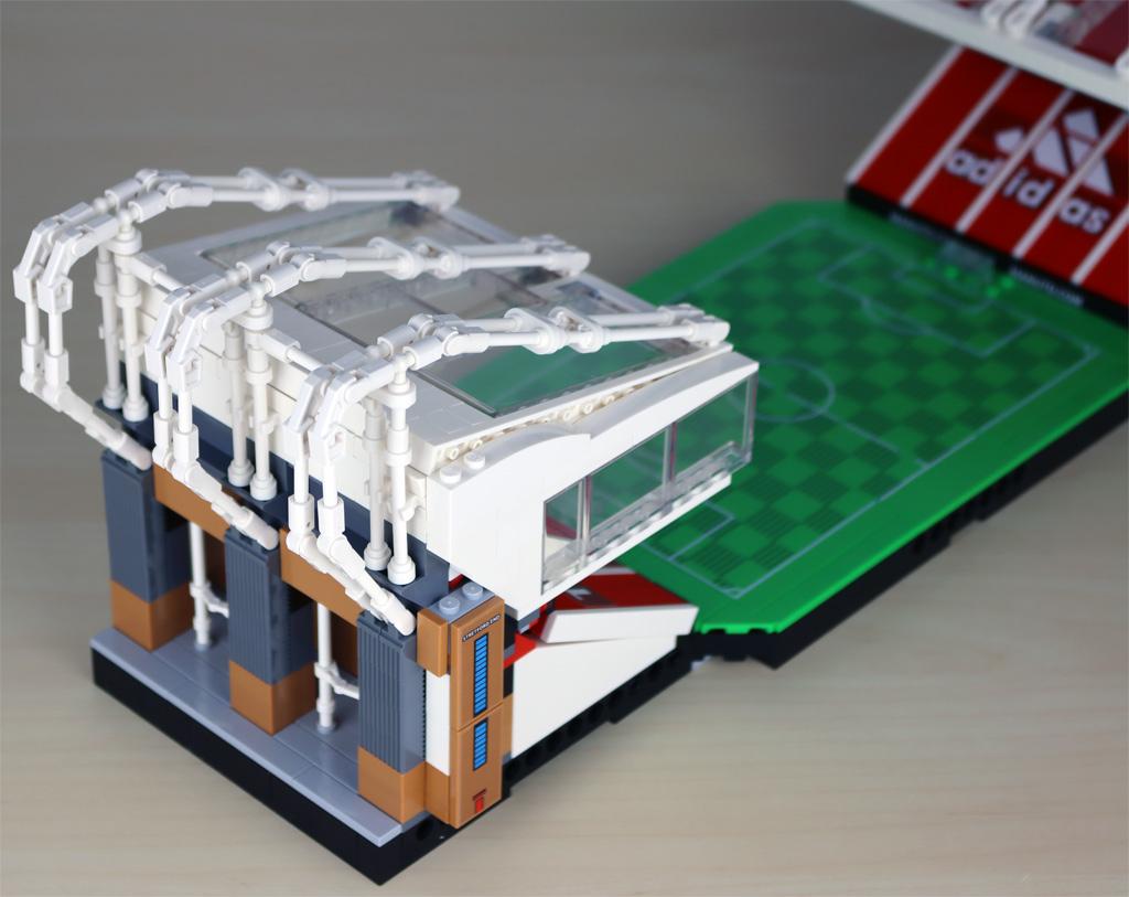 lego-creator-expert-10272-old-trafford-manchester-united-spielfeld-minifigur-tribuene-2-draufsicht-2020-zusammengebaut-andres-lehmann zusammengebaut.com