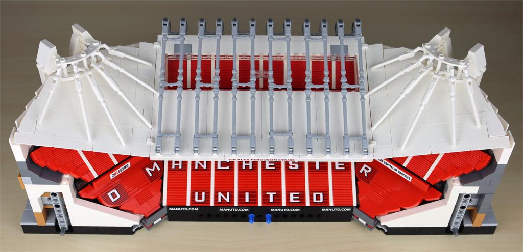lego-creator-expert-10272-old-trafford-manchester-united-spielfeld-minifigur-tribuene-3-draufsicht-2020-zusammengebaut-andres-lehmann zusammengebaut.com
