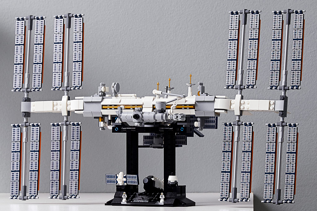 lego-ideas-21321-international-space-station-2020-tisch-wand zusammengebaut.com