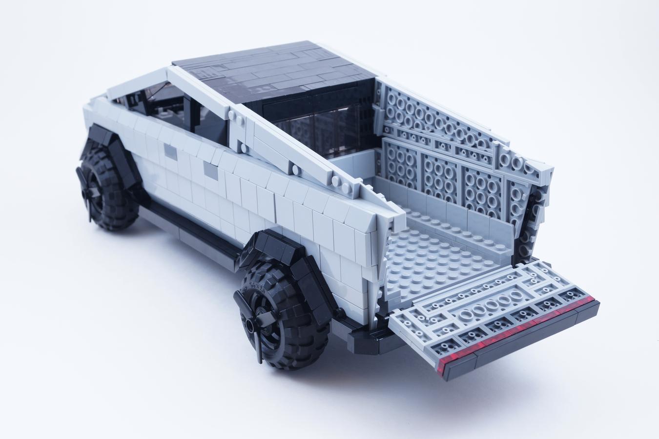 lego-ideas-tesla-cybertruck-back-minifiguren-brickinnick zusammengebaut.com