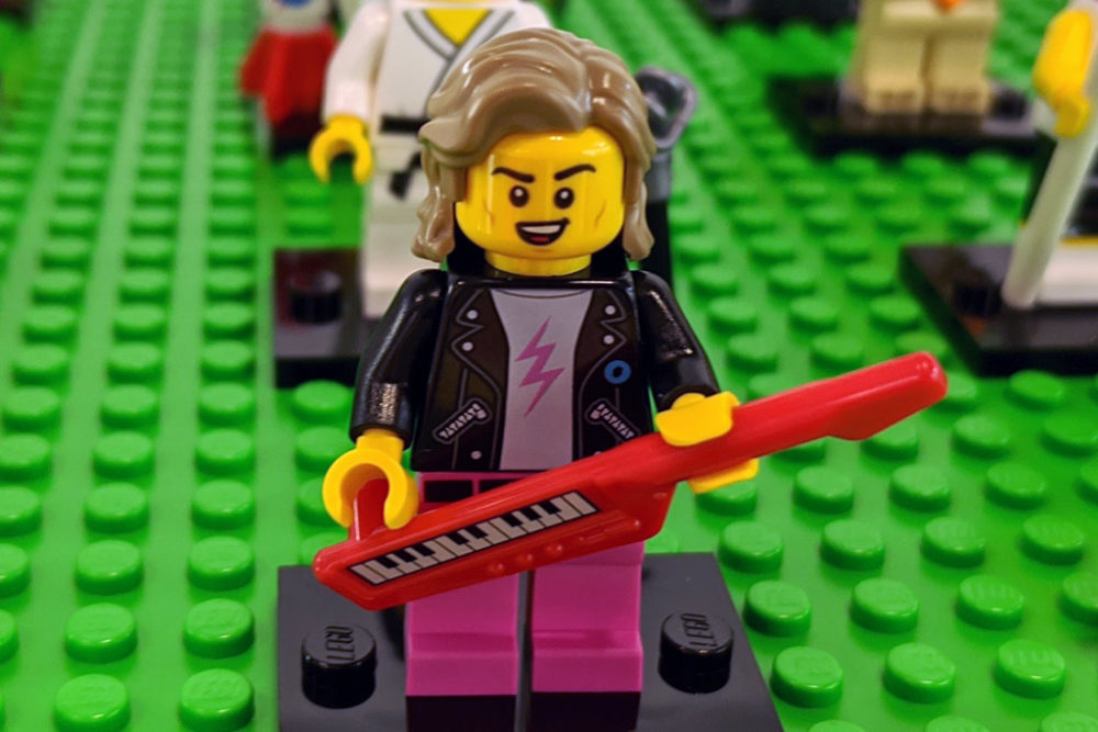 lego-minifiguren-sammelserie-20-71027-musiker-keyboard-zusammengebaut-2020-andres-lehmann zusammengebaut.com