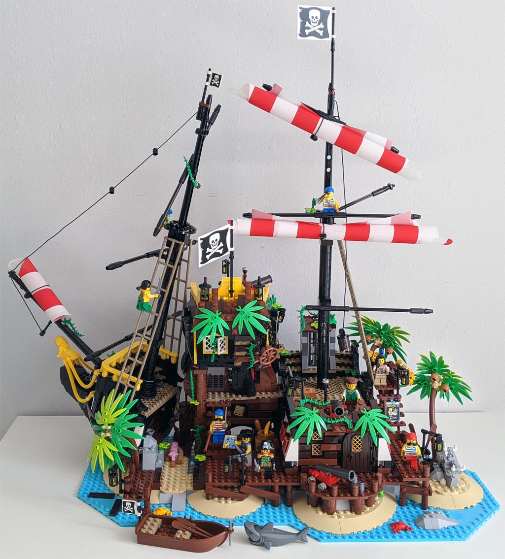 lego-ideas-21322-pirates-of-barracuda-bay-piraten-bucht-gesamtansicht-2020-zusammengebaut-andres-lehmann zusammengebaut.com