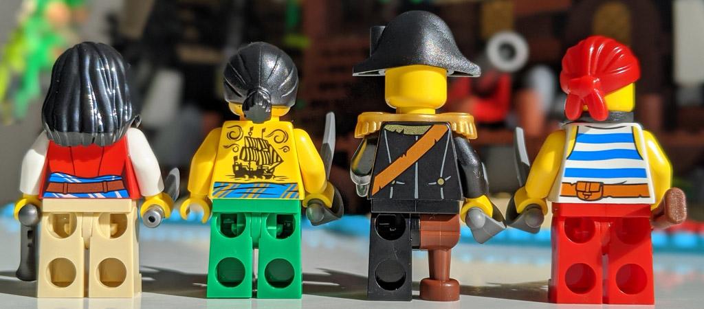 lego-ideas-21322-pirates-of-barracuda-bay-piraten-bucht-minifigur-rueckseite-1-2020-zusammengebaut-andres-lehmann zusammengbaut.com