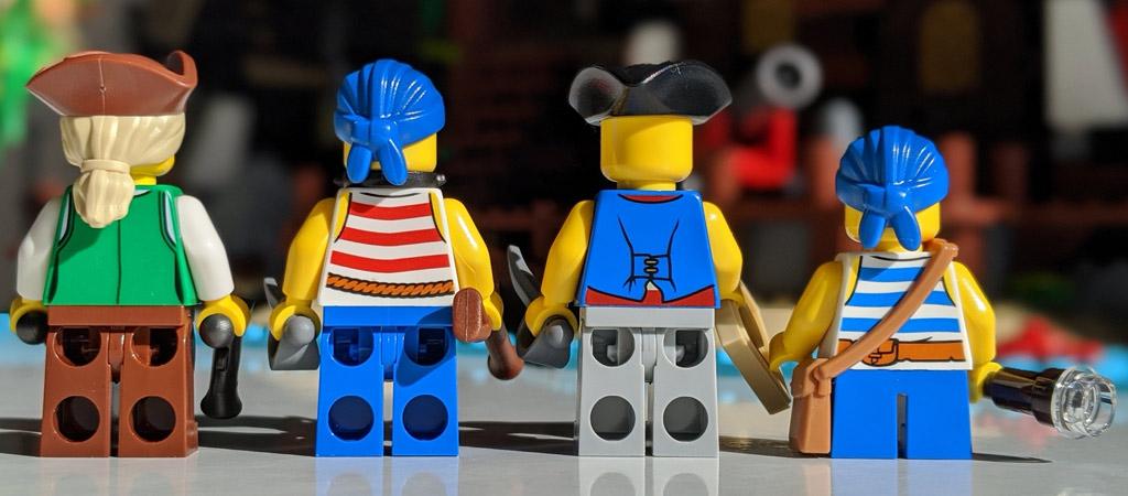 lego-ideas-21322-pirates-of-barracuda-bay-piraten-bucht-minifigur-rueckseite-2-2020-zusammengebaut-andres-lehmann zusammengebaut.com