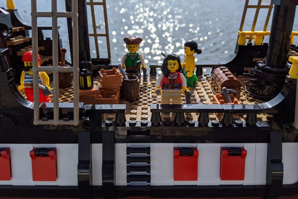 lego-ideas-21322-pirates-of-barracuda-bay-piraten-bucht-schiff-deck-2020-zusammengebaut-andres-lehmann zusammengebaut.com