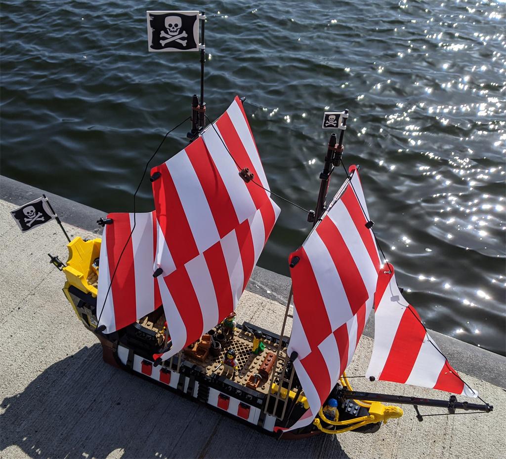 lego-ideas-21322-pirates-of-barracuda-bay-piraten-bucht-schiff-seite-2020-zusammengebaut-andres-lehmann zusammengebaut.com
