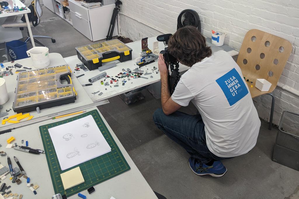 lego-kunst-studio-sean-kenney-schreibtisch-2020-joshua-hanlon zusammengebaut.com