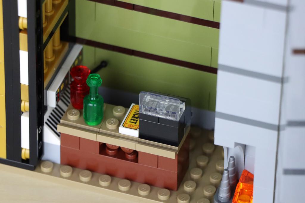 lego-10273-hautend-house-geisterhaus-auf-dem--jahrmarkt-fairground-edition-villa-ticket-2020-zusammengebaut-andres-lehmann zusammengebau.com
