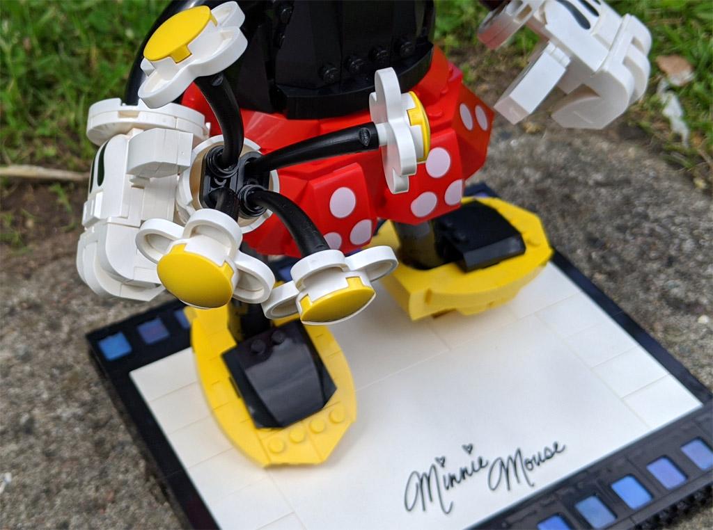 lego-43179-disney-mickey-mouse-minnie-mouse-2020-blumen-zusammengebaut-andres-lehmann zusammengebaut.com