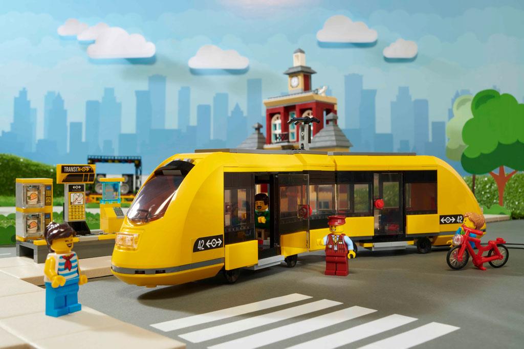 lego-city-60271-city-main-square-tram-2020 zusammengebaut.com