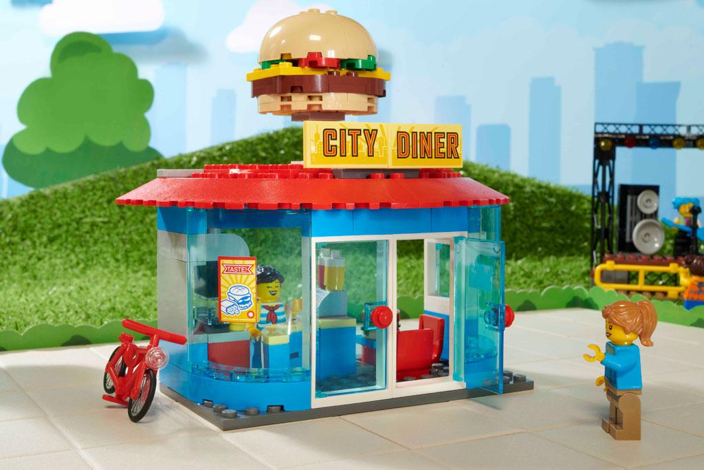 lego-city-60271-city-main-square-tram-burger-2020 zusammengebaut.com