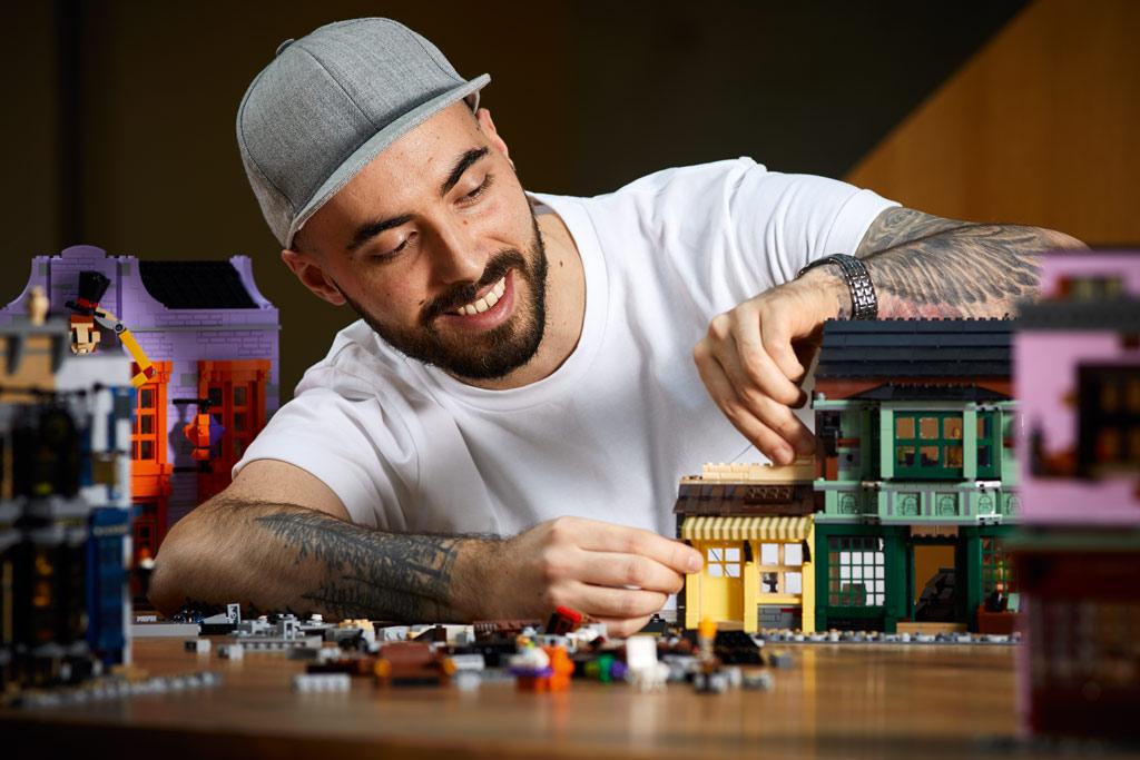 lego-harry-potter-75978-winkelgasse-2020-designer-marcos-beassa zusammengebaut.com