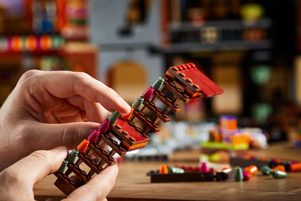 lego-harry-potter-75978-winkelgasse-2020-details-treppe zusammengebaut.com
