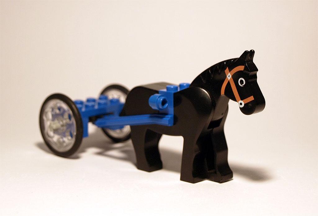 Das klassische LEGO Pferd zieht den Sulky.