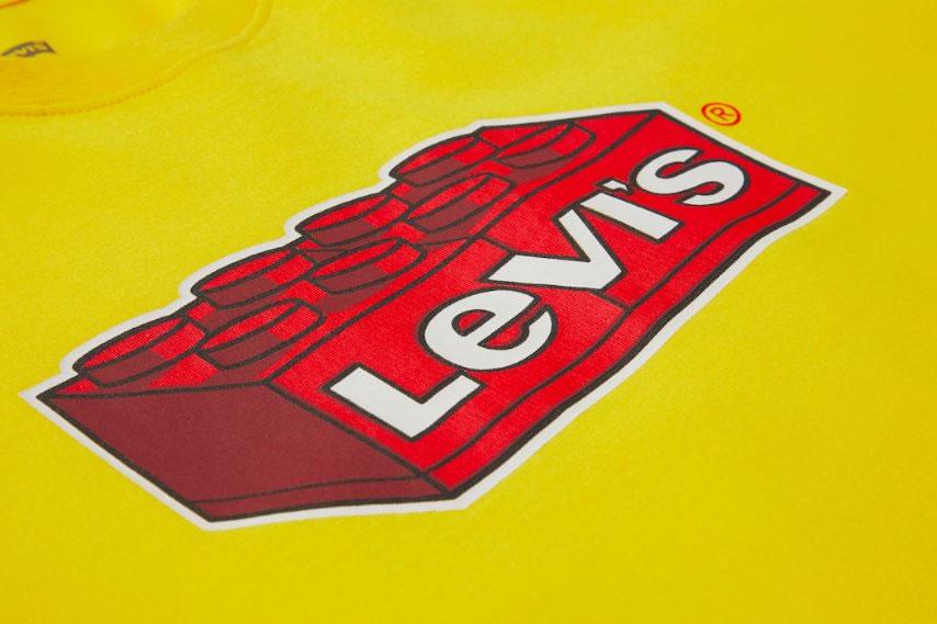 LEGO x Levi's Collaboration - Levi's-Druck auf gelben Oberteil