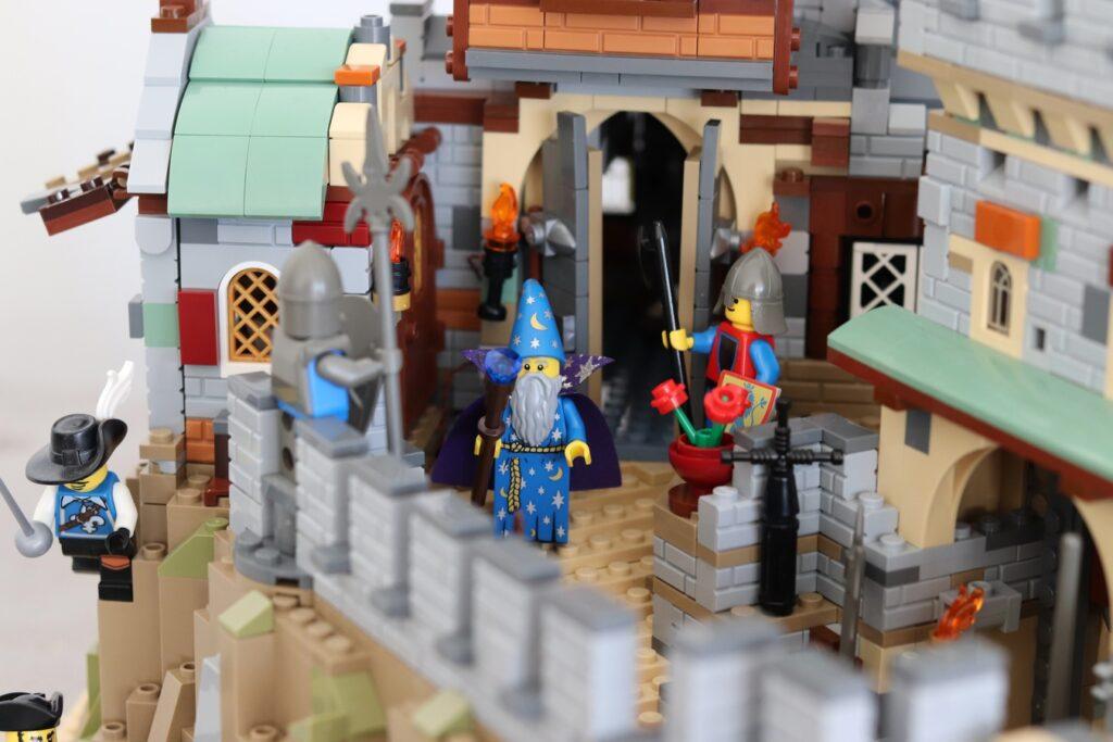 Zauberer auf dem Burggeländer