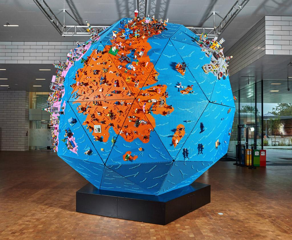 LEGO Globus im LEGO House Foyer
