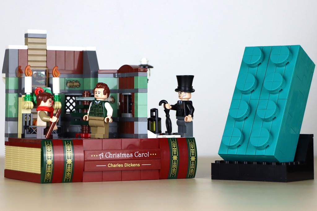 LEGO Gratis-Beigaben : 40410 Hommage an Charles Dickens und der 2×4-Baustein in Türkis im Zusammenspiel