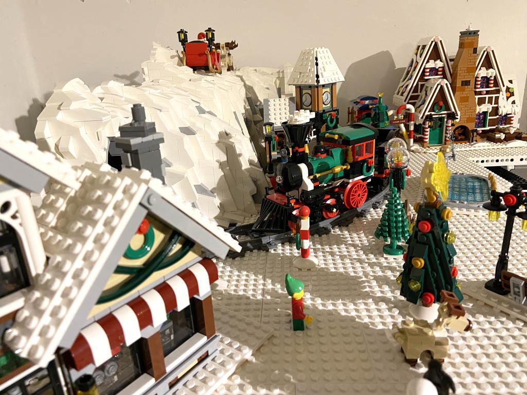 Das Weihnachtsdorf mit Lebkuchenhaus, Weihnachtszug und Spielzeugladen