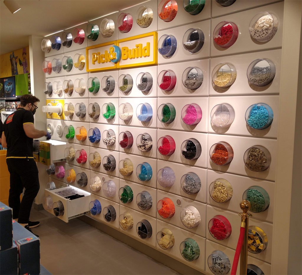 """Die """"Pick a Brick""""-Wand im LEGO Store Hannover"""