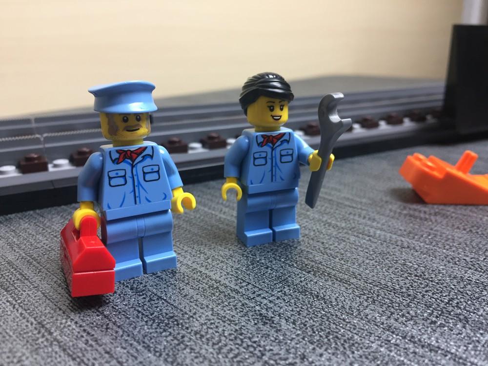 Die beiden Minifiguren vor dem Standfuß des LEGO Krokodils