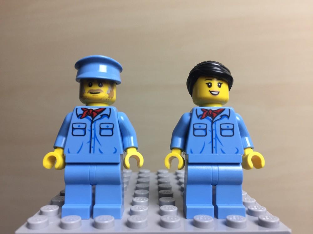 Zwei hellblaue LEGO Minifiguren auf einer Platte