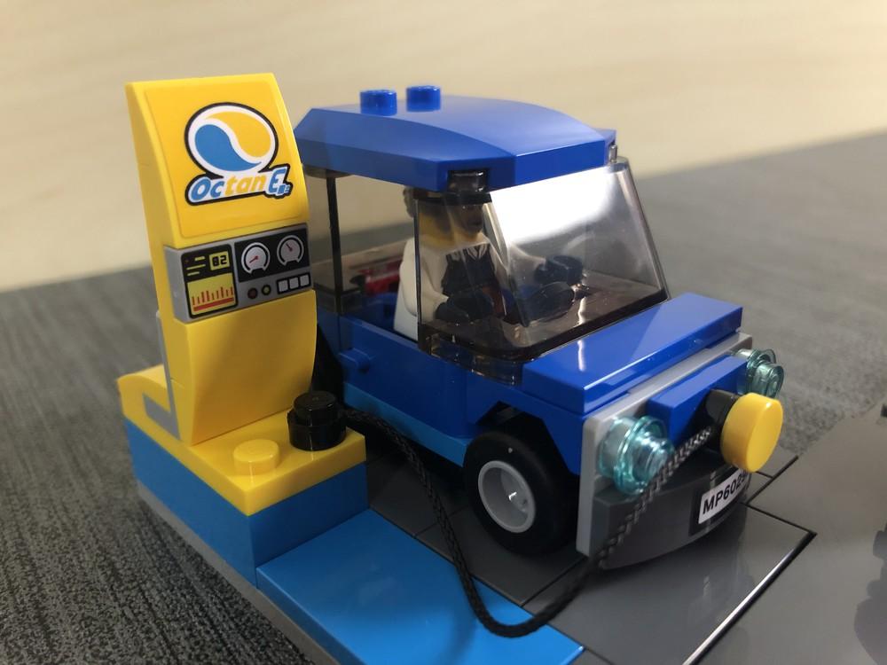Kleines E-Auto und Elektroladestation