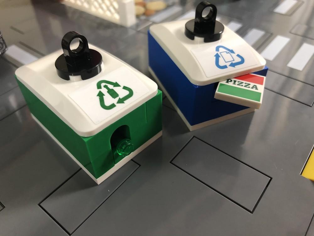 Beide Müllcontainer nehmen nur das an, was darauf steht: Flaschen oder Papier