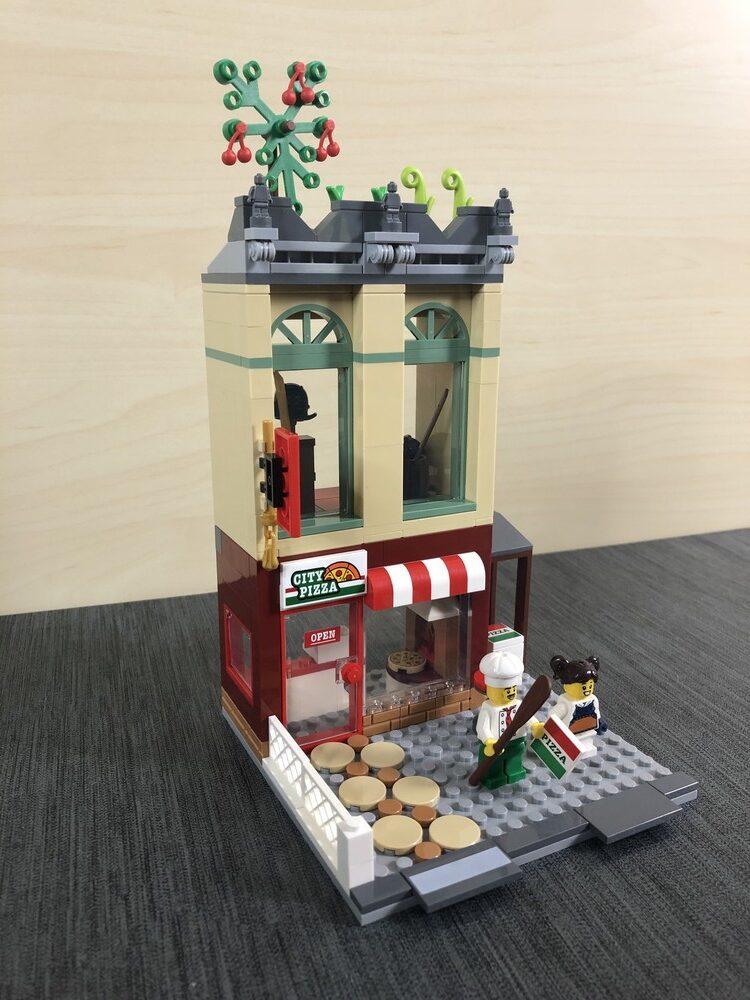 Pizzeria- und Dojo-Gebäude von vorne vom LEGO Set 60292