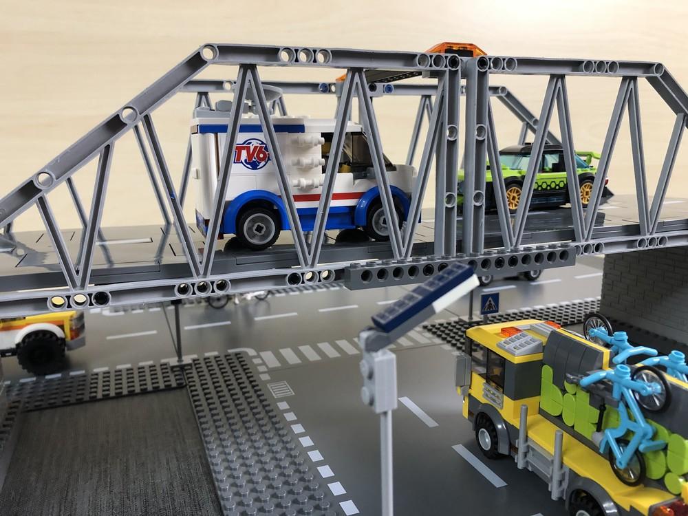 Weitere Ansicht auf die LEGO Brücke mit den Straßenplatten aus dem Set 60304