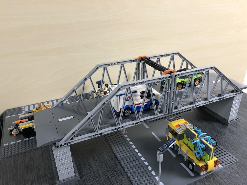 Seitliche Ansicht auf die LEGO Brücke mit den Straßenplatten aus dem Set 60304