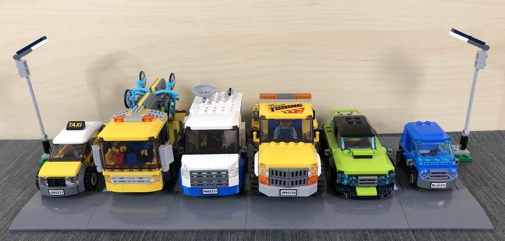 Diverse LEGO City-Fahrzeuge nebeneinander