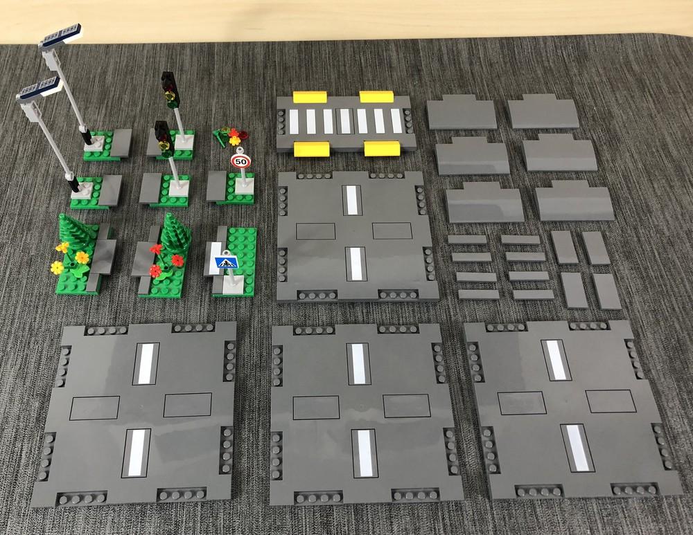Einzelne Module aus LEGO City 60304 Straßenkreuzung mit Ampeln